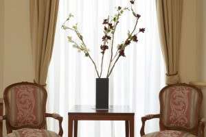 Flower vase between two chairs at Japara Balmoral Grove aged care home
